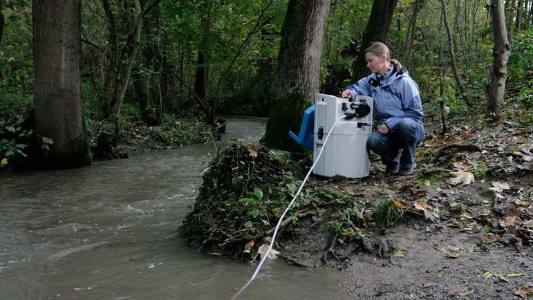 Automatic river sampling with the portable Liquiport CSP44 sampler.